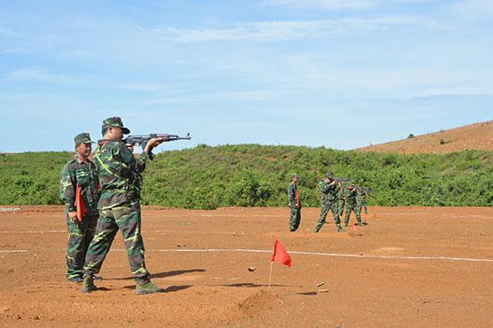Thi đấu bắn súng tiểu liên AK bài 1 nam bộ đội thường trực. Ảnh: TUẤN ANH