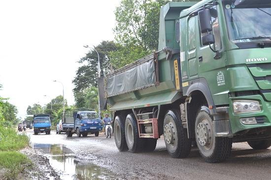 Xử lý ngay việc đảm bảo giao thông tại km4+250, tuyến ĐT609B bị ngập nước suốt mười mấy ngày qua. Ảnh: C.TÚ