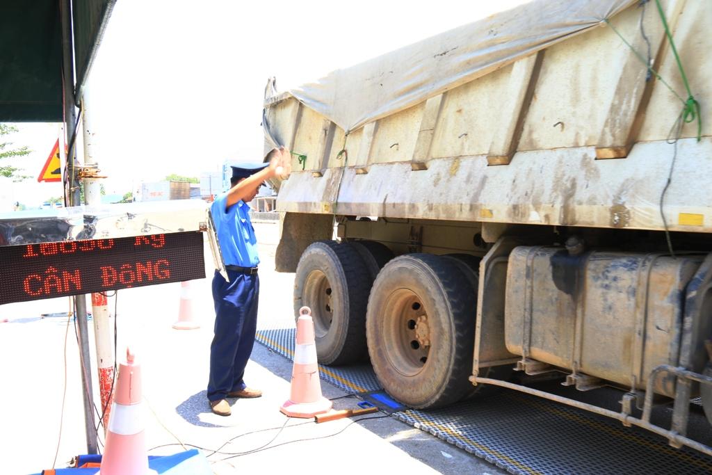 Chiếc xe tải ben biển số quân đội chở quá tải cầu đường 16,3% so với quy định