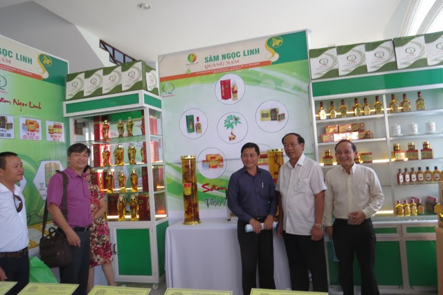Lãnh đạo tỉnh chụp ảnh lưu niệm tại các gian trưng bày sản phẩm từ sâm Ngọc Linh. Ảnh: Bích Liên