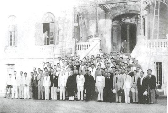 Đoàn đại biểu Quốc hội Trung Bộ yết kiến Chủ tịch Hồ Chí Minh khi dự kỳ họp đầu tiên Quốc hội khóa I năm 1946, tại Bắc Bộ phủ (Hà Nội). Ảnh tư liệu