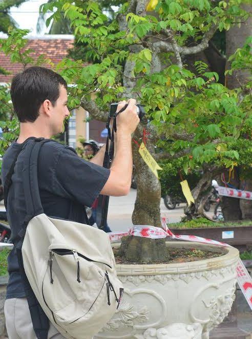 Du khách nước ngoài cũng hứng thú tham quan các chậu sinh vật cảnh.