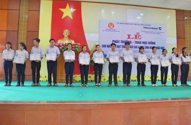 Các em học sinh đổ vào trường chuyện được nhận học bổng Lê Thiện Trị