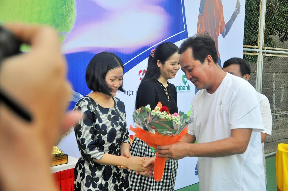 Phó Chủ tịch Thường trực UBND tỉnh Huỳnh Khánh Toàn tặng hoa cho các đơn vị tài trợ