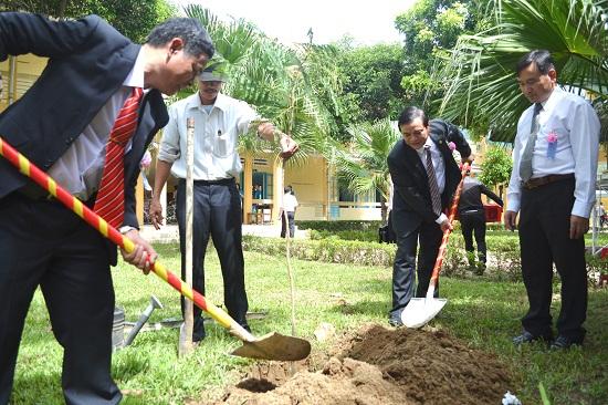 Lãnh đạo tỉnh, huyện Đại Lộc trồng cây lưu niệm trong sân trường. Ảnh: K.KHIÊM
