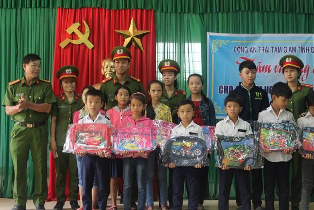 Tặng 16 suất quà cho các em học sinh khó khăn tại xã Tiên Lãnh, huyện Tiên Phước. Ảnh: MỸ LINH