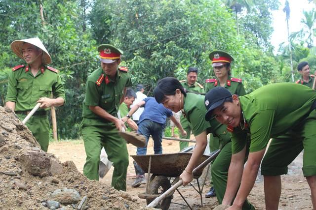 San lấp, đổ bê tông nhà sinh hoạt văn hóa thôn 1, xã Tiên Lãnh. Ảnh: MỸ LINH