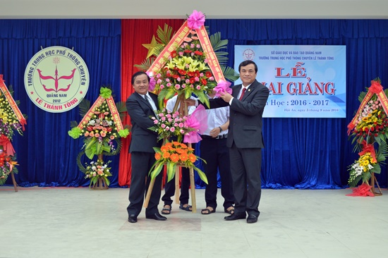 Phó Bí thư Tỉnh ủy Phan Việt Cường trao lẵng cho đại diện lãnh đạo nhà trường chúc mừng ngày khai giảng