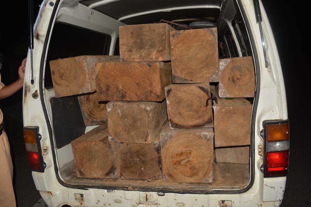 Chiếc xe tải chất đầy gỗ tăng ga bỏ chạy sau hiệu lệnh tạm dừng kiểm tra của lực lượng CSGT. Ảnh: CSGT cung cấp