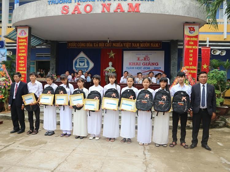 Ngân hàng Sacombank tặng học bổng cho học sinh nghèo vượt khó trường THPT Sào Nam. Ảnh: NHƯ QUỲNH