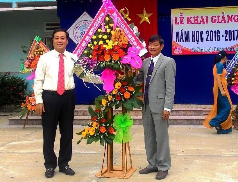 Phó Chủ tịch Thường trực UBND tỉnh Huỳnh Khánh Toàn tặng hoa chúc mừng Trường THPT Cao Bá Quát nhân dịp năm học mới. Ảnh: ĐOÀN ĐẠO