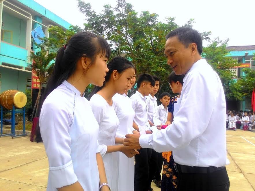 Ông Nguyễn Tri Ấn - Bí thư Huyện ủy Núi Thành tặng học bổng cho học sinh nhà trường. Ảnh: ĐOÀN ĐẠO