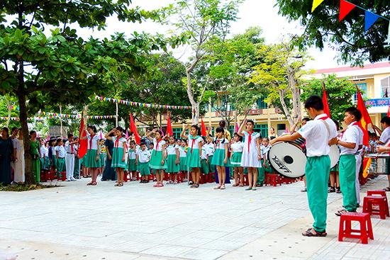 Ngành GD-ĐT tiếp tục thực hiện các mục tiêu đổi mới. TRONG ẢNH: Học sinh Trường Tiểu học Nguyễn Văn Trỗi - Tam Kỳ trong buổi chào cờ đầu tuần.Ảnh: PHƯƠNG THẢO