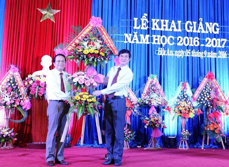 Bí thư Tỉnh uỷ Nguyễn Ngọc Quang  tặng hoa chúc mừng thầy và trò nhà trường nhân dịp năm học mới. Ảnh: MINH HẢI