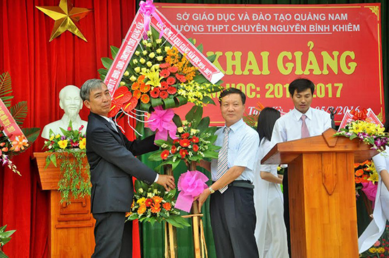 Phó Chủ tịch UBND tỉnh Trần Đình Tùng tặng lẵng hoa chúc mừng Trường THPT chuyên Nguyễn Bỉnh Khiêm. Ảnh: X.PHÚ