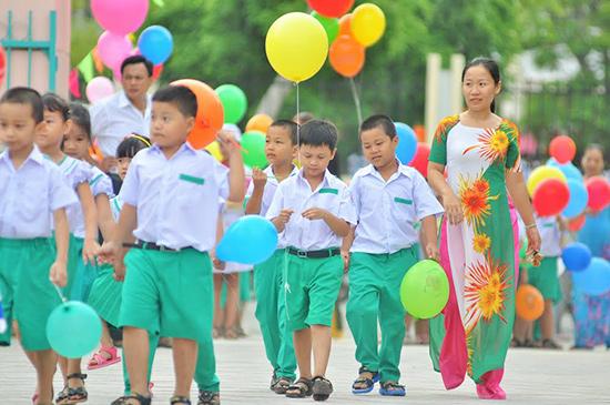 Cô giáo Trường Tiểu học Nguyễn Văn Trỗi đón học sinh lớp 1. Ảnh: X.PHÚ