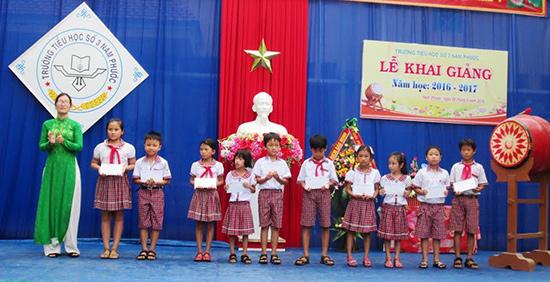 Ngân hàng Vietcombank Quảng Nam trao học bổng cho các em vượt khó vươn lên trong học tập. Ảnh: HOÀI NHI