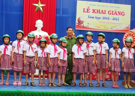 Công ty TNHH MTV Mai Linh tặng 100 chiếc mũ bảo hiểm cho học sinh. Ảnh: HOÀI NHI