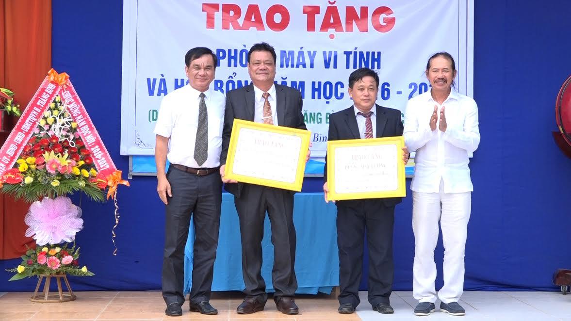 Đại diện nhóm những người bạn huyện Thăng Bình tại TP.Hồ Chí Minh trao biểu trưng quà tặng cho nhà trường. Ảnh: MẪN SƯƠNG