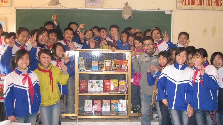 Nguyễn Quang Thạch và một tủ sách dành cho học sinh vùng nông thôn (ảnh: asia-give)