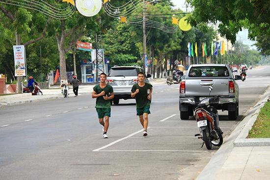 Hai vận động viên Phan Viết Đông và Trần Minh Vũ trên đường chạy tập luyện.  Ảnh: THÀNH CÔNG