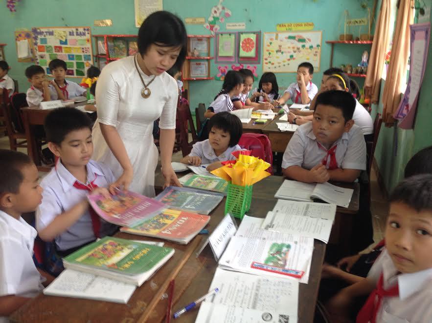 Do thiếu sách các em học sinh phải học chung nhóm