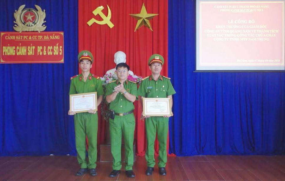 Đại tá Trương Quang Vinh – Phó Giám đốc Công an tỉnh Quảng Nam trao giấy khen cho tập thể và cá nhân Phòng Cảnh sát PC&CC số 5, Cảnh sát PC&CC TP Đà Nẵng