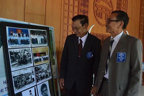 Ông Đinh Văn Lời - nguyên Đội trưởng Biệt động Hội An (bên trái) và ông Trang Anh Tuấn xem lại hình ảnh tư liệu của đội năm xưa.