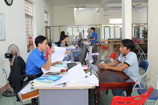 Phòng Bảo hiểm thất nghiệp Trung tâm Dịch vụ việc làm tỉnh giải quyết chế độ cho người lao động. Ảnh: VĂN HÀO