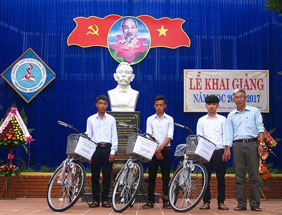 Hội Khuyến học xã Tiên Cảnh (huyện Tiên Phước) trao xe đạp cho học sinh có hoàn cảnh khó khăn. Ảnh: BẢO LÂM