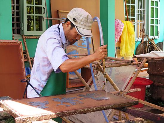 Sau khi qua công đoạn nghiền bột, thợ thủ công sẽ dùng tay rải bột trên khung lụa, sau đó dùng vòi nước để gia giảm lượng bột giấy tùy vào mỗi hình khối. Sau công đoạn này, tác phẩm sẽ được mang ra phơi nắng.