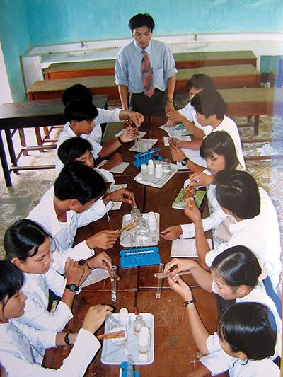 Một tiết thực hành môn Hóa học ở Trường THPT Sào Nam (Duy Xuyên).Ảnh: C.NỮ