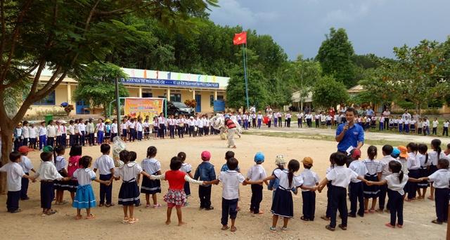Các em thiếu nhi tại trường TH Lê Lợi, xã Phước Trà được vui tết Trung thu. Ảnh: LC