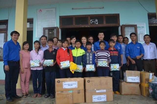 Chi đoàn Kho bạc Nhà nước tỉnh tình nguyện tại xã Trà Don, huyện Nam Trà My. Ảnh: LC
