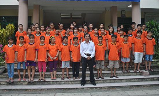 Ông Bảo và các em học sinh trong lớp học.