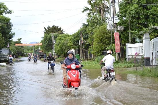 Không có mương thoát nước lại gặp mưa to kéo dài, một đoạn đường nội thị Ái Nghĩa bị ngập cục bộ. Ảnh: C.TÚ