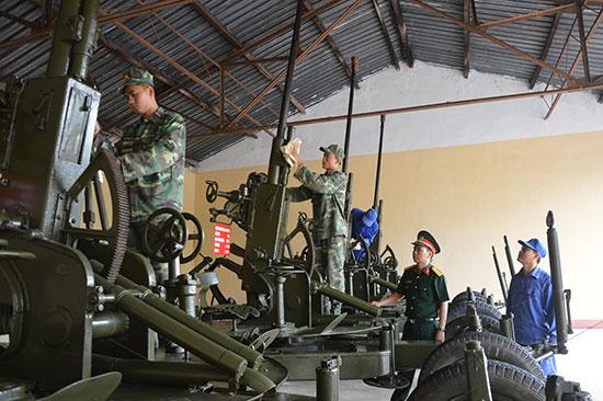 Công tác bảo quản, bảo dưỡng các loại súng pháo tại Đại đội Kho vũ khí - đạn Phòng Kỹ thuật Bộ CHQS tỉnh. Ảnh: TUẤN ANH