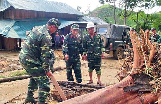 Quân đội tham gia dọn dẹp thông tuyến đường từ thôn Pà Lan đến UBND xã La Êê.  Ảnh: HIẾN PHÁP