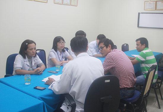 Lãnh đạo khoa Nhi BVĐKTƯ Quảng Nam làm việc với phóng viên. Ảnh: N.D