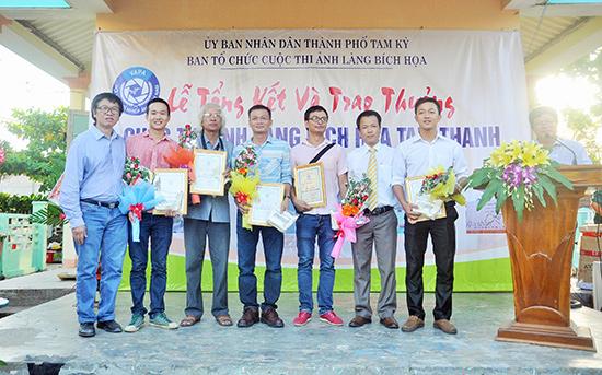 Phó Chủ tịch UBND TP.Tam Kỳ Nguyễn Minh Nam và Giám đốc UN-Habitat Nguyễn Quang trao giải thưởng cho các tác giả đoạt giải