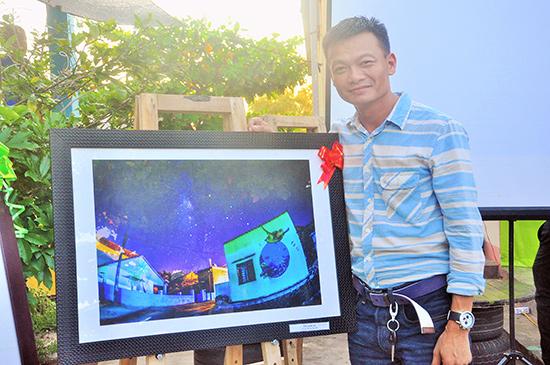 Tác giả Hoàng Ngô Hải bên tác phẩm Dải ngân hà được ban tổ chức trao giải nhất cuộc thi