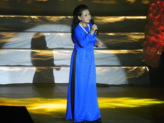 Nữ ca sĩ Khánh Ly trong đêm nhạc.