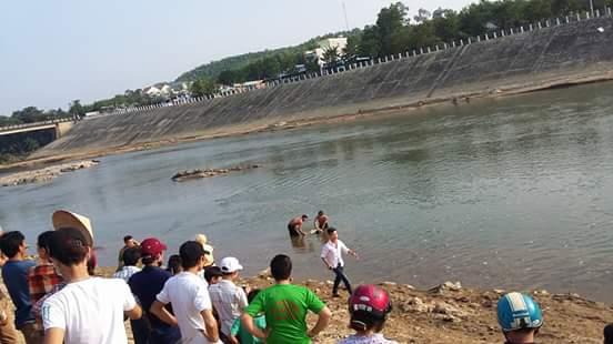 Hiện trường nơi phát hiện xác thanh niên tử vong trên sông Tiên. (Ảnh: MXH)