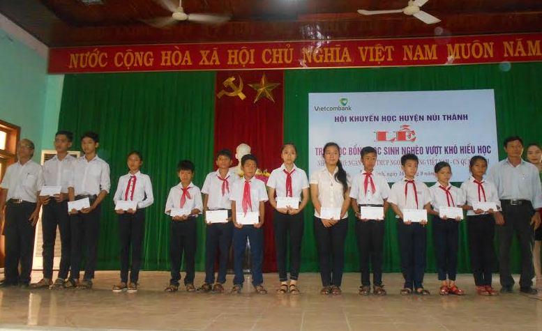 Quang cảnh học sinh đang nhận học bổng.