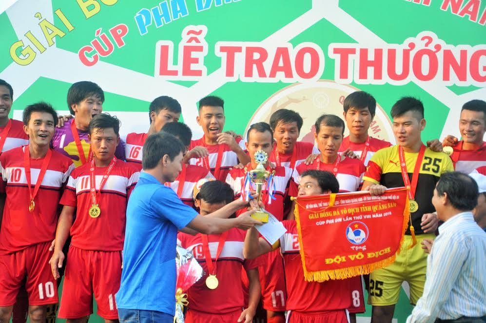 Đại diện nhà tài trợ trao cúp vô địch cho đội Thăng Bình