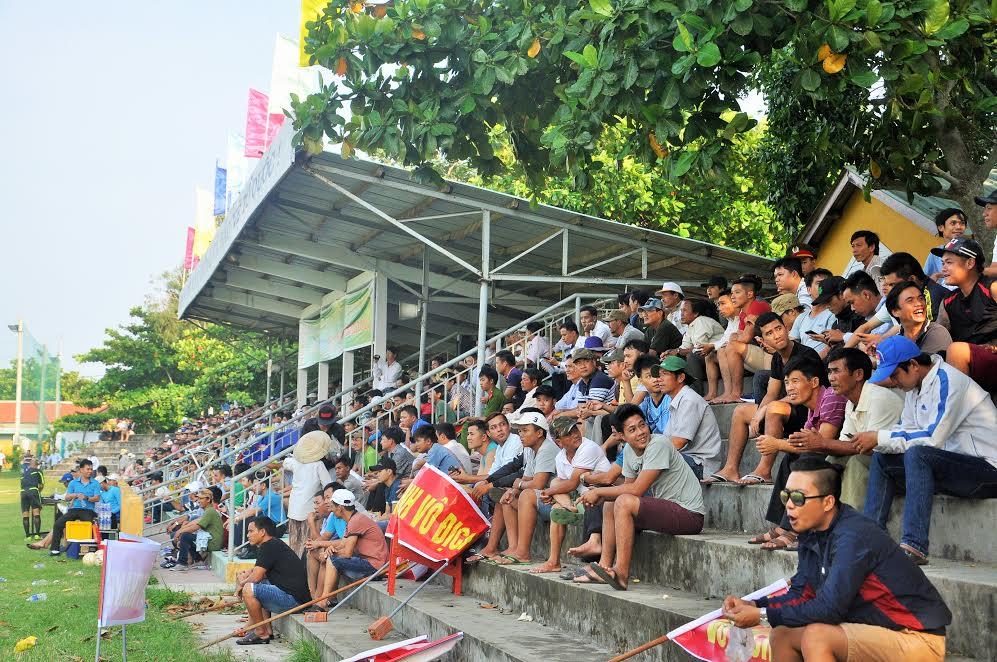 Khá đông khán giả Thăng Bình và Núi Thành đến sân cổ vũ trận chung kết