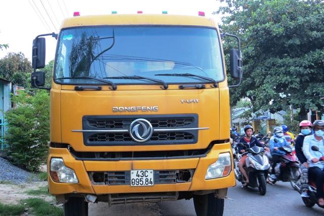 Lòng đường chật hẹp, sự thiếu ý thức khi tham gia giao thông cùng sự xuất hiện dày đặc của xe tải chở vật liệu quá khổ, quá tải là những nguyên nhân khiến tai nạn gia tăng. Ảnh: Triêu Nhan