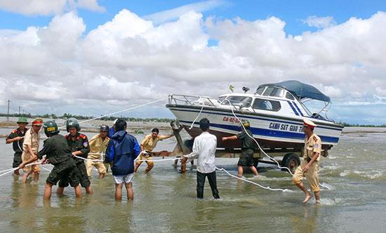 Lực lượng CSGT chuẩn bị phương tiện làm nhiệm vụ trong mùa mưa lũ.