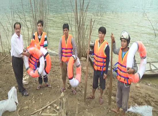 Tặng áo phao cho người dân thôn Zơ Lao, xã Dang.