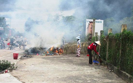 Nhân dân nhiều nơi ở Duy Xuyên ra quân dọn vệ sinh môi trường nhằm hạn chế muỗi sinh sôi.Ảnh: T.P